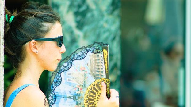 Durante los meses de verano se dispara en Cuba el consumo de bebidas frías, la venta de abanicos y de aparatos de aire acondicionado. (E. Marrero)