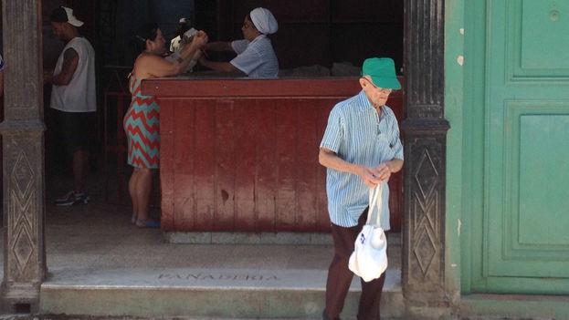 Desde hace 56 años a través de esta cartilla se distribuyen alimentos a precios subsidiados y en cantidades limitadas. (EFE)