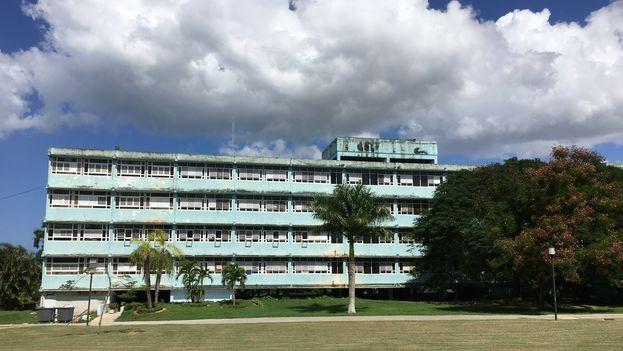 El edificio que sirve de albergue, de inspiración soviética, contrasta fuertemente con el resto de la escuela. (14ymedio)