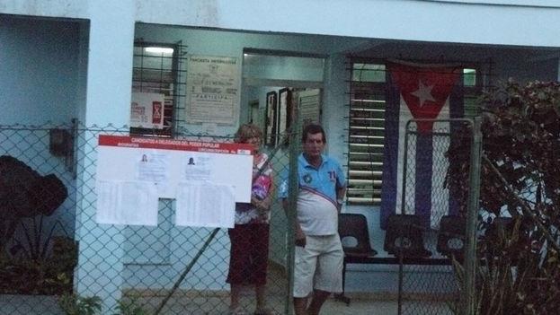 Electores saliendo de las urnas
