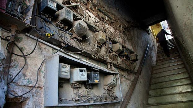 Los viejos contadores de electricidad asoman a la entrada de una edificación multifamiliar en La Habana. (EFE)