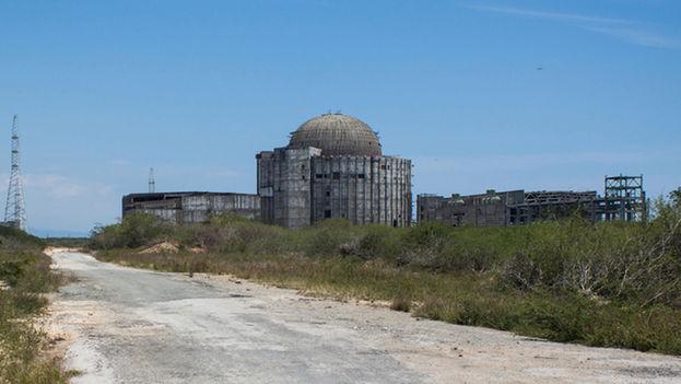 """La central electronuclear de Juraguá, en la provincia de Cienfuegos, es visible desde la """"ciudad nuclear"""" donde residirían los trabajadores del centro y que ahora es un pueblo hundido en los problemas económicos y la inercia laboral. (14ymedio)"""
