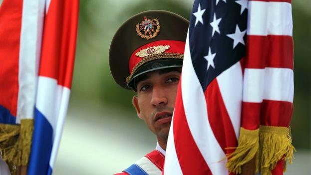 Un soldado cubano coloca la bandera de Estados Unidos. (EFE Archivo)