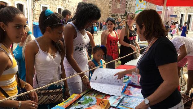 Por el precio de 1 cuc los libros para colorear encontraron gran aceptación entre las madres que querían hacerle un regalo a sus hijos, así como los carteles con el alfabeto y las tablas de multiplicar.