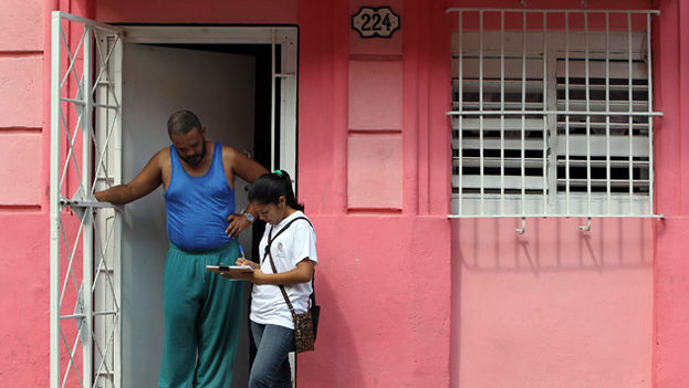 Cuando un encuestador se dirige a una casa en Cuba, el ciudadano presume que es alguien confiable para el Gobierno y es reacio a darle su opinión. (EFE)