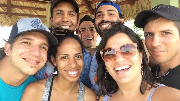 El equipo de Periodismo de Barrio antes de partir para Baracoa. (Facebook)