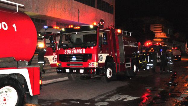 Las fuerzas especializadas de los bomberos y los trabajadores del hospital ayudaron a controlar las llamas. (ACN)