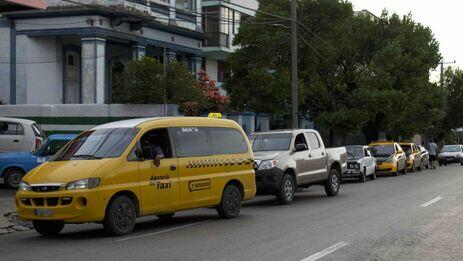 Una fila de autos esperan su turno para abastecerse de gasolina en La Habana. (14ymedio)