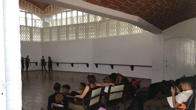 Los estudiantes de las Escuelas Nacionales de Arte muchas veces tienen que tomar clases en otros espacios porque los salones destinados a la docencia están en pésimas condiciones. (14ymedio)