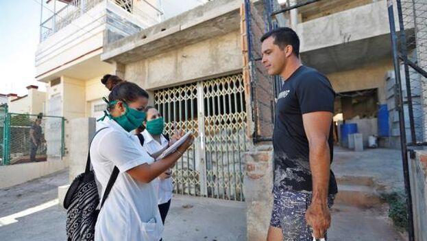 Los estudiantes de medicina van de puerta en puerta preguntando si alguien se siente mal o si ha regresado de un viaje. (EFE9