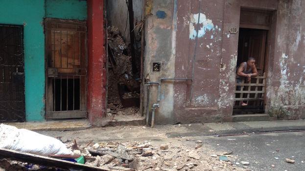 La fachada del 418, donde se puede ver la escalera llena de escombros. Los vecinos se quejan porque no han podido entrar a buscar ni ropa ni la leche de los niños
