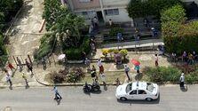 Las colas se alargan frente a la farmacia de la calle Estancia, en Nuevo Vedado, antes de que llegue la Policía. (14ymedio)
