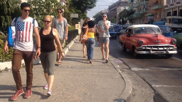 La fascinación que muchos cubanos sienten por Estados Unidos se refleja hasta en la ropa. (14ymedio)
