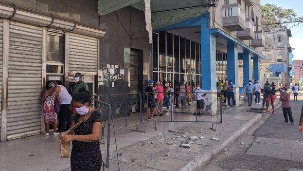 Este sábado la cola frente un cajero de la calle Infanta, en La Habana, doblaba la esquina y a pesar del riesgo por la reciente caída de un pedazo de balcón frente al banco. (14ymedio)