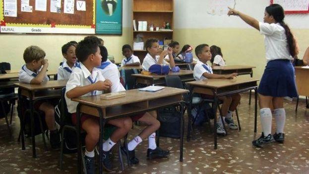 Para garantizar la presencia de un maestro frente al aula el Gobierno ha tenido que trasladar profesores de unas regiones a otras del país a otras. (Telesur)
