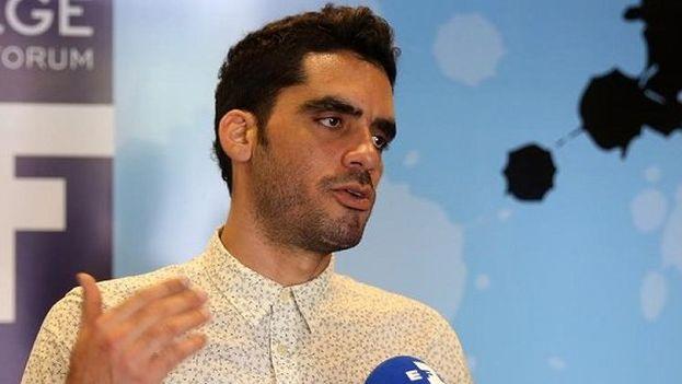 El grafitero Danilo Maldonado habla con la prensa durante un viaje al extranjero. (EFE)
