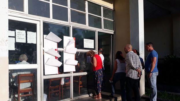 Un grupo de personas se disponen a votar en el referendo constitucional. (14ymedio)