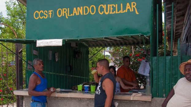 """La bebida conocida en Cuba como guarapo, hecha con el jugo de la trituración de la caña de azúcar y mucho hielo, debe tomarse en el momento, porque sino """"se pone oscura y huele mal"""". (Gpparker)"""