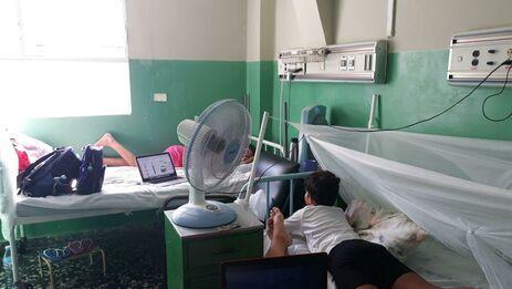 Debajo de mosquiteros, con los ventiladores que trajeron de sus casas y con laptops, tabletas o teléfonos móviles. (14ymedio)