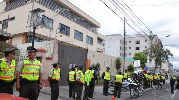 A las afueras del hotel-prisión un cordón de policías vela porque los cubanos allí recluidos no puedan salir. (cortesía de los cubanos en el Hotel Carrión)