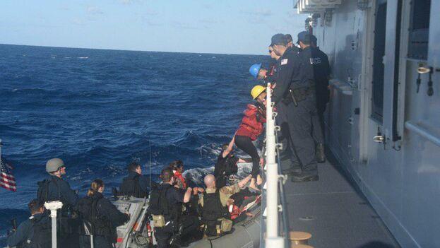 Los 26 cubanos intentaron llegar ilegalmente al país en un rústico bote de madera que estaba a punto de zozobrar. (Guardia Costera de EE UU)