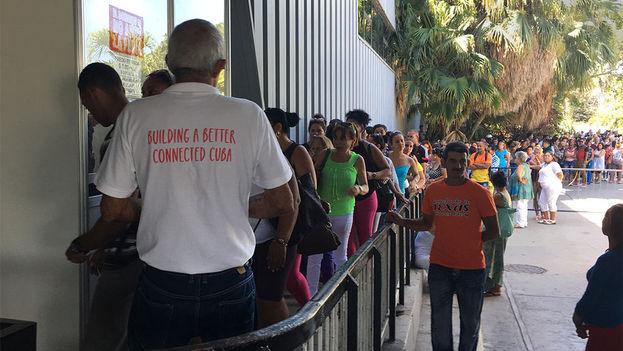 En la mañana de este viernes, bajo un sol implacable, cientos de personas aguardaban por la apertura de las taquillas del recinto ferial Pabexpo. (14ymedio)