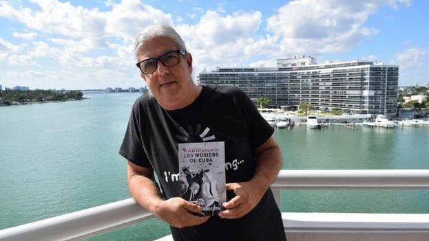 """el investigador cubano Ramón Fernández-Larrea con su libro """"Kabiosiles"""". (EFE)"""