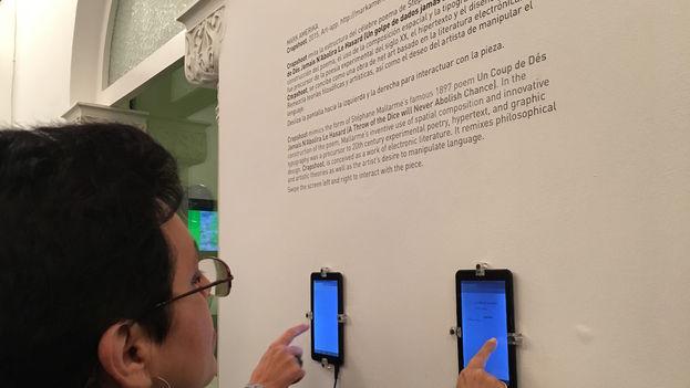El público interactúa con una pieza del invitado especial de 'GlitchMix, not an error', el artista estadounidense Mark Amerika. (14ymedio)