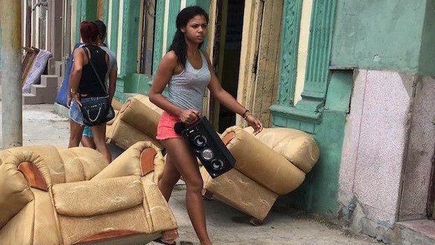 Una joven pasea por La Habana junto a su bocina portátil. (14ymedio)