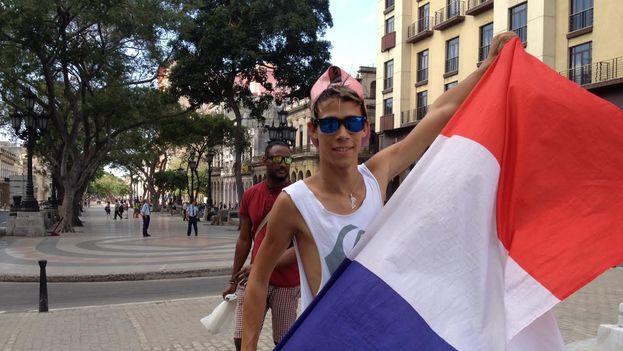 Un joven ondea una bandera francesa en La Habana. (14ymedio)