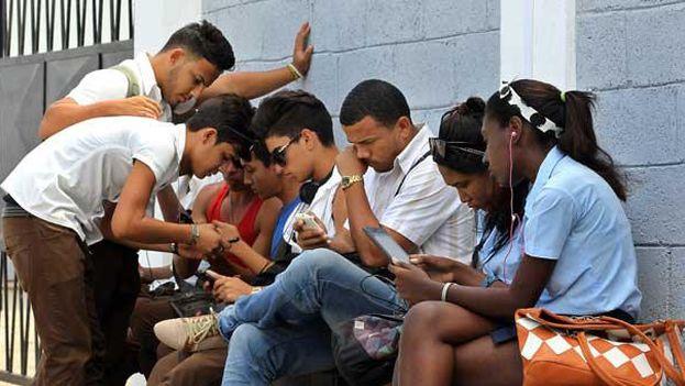 Un grupo de jóvenes se conecta a internet en una zona wifi de La Habana. (EFE)