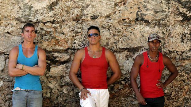 Tres jóvenes cubanos posan en una céntrica calle de La Habana. (EFE)