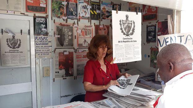 Los kioscos han empezado a vender el texto de la nueva Constitución. Aquí en la calle 23 de El Vedado, en La Habana. (14ymedio)