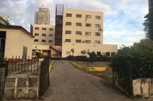 Las escaleras laterales del hotel donde ocurrió la pelea entre Victor Mesa y el custodio de Bella Habana. (14ymedio)