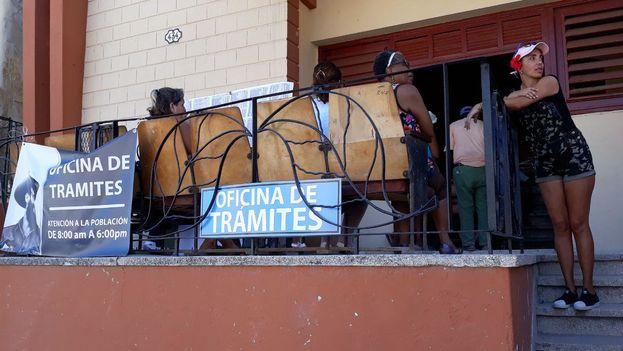 El lunes por la tarde eran muchos los que llegaban a la oficina de tramites de Luyanó para obtener los documentos que les permitan acceder a un crédito. (14ymedio)