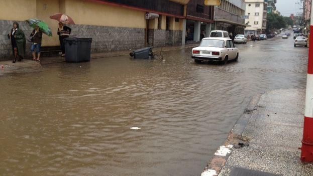 La lluvia inundó este viernes la calle N, en el Vedado habanero (14ymedio)