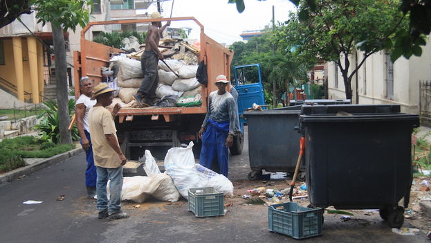 Tras la lluvia se recogen los escombros y la basura (14ymedio)
