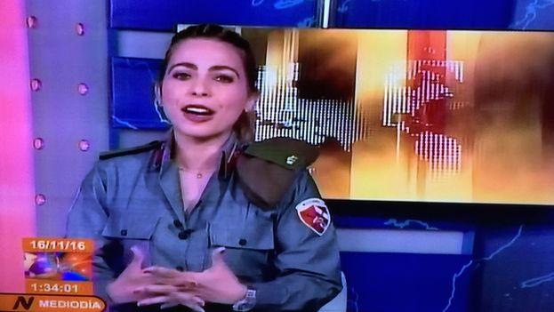 Una locutora del noticiero de la televisión en los días de Bastión. (14ymedio)