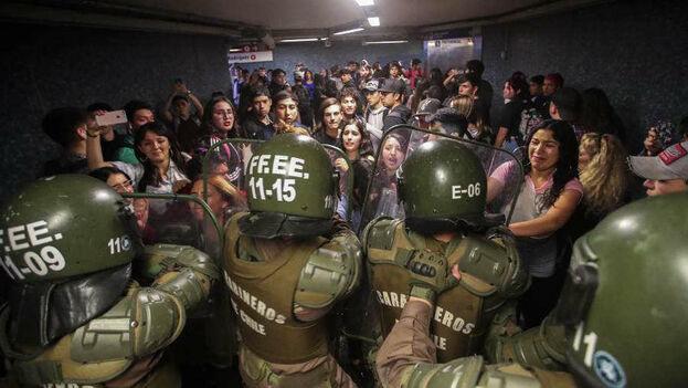 Un grupo de manifestantes se enfrentan con la Policía durante una protesta en Chile. (EFE)