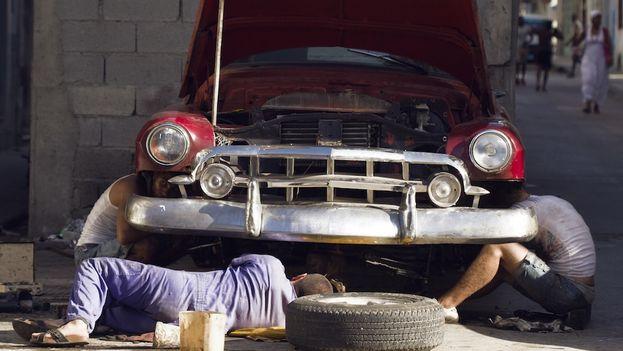 maquillistas arreglando un carro