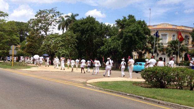 La marcha de las Damas de Blanco toma más de una cuadra de 5ta Avenida