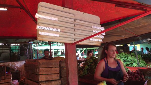 Tablilla con las ofertas del día en el mercado EJT de la calle 17 y K, en La Habana. (14ymedio)