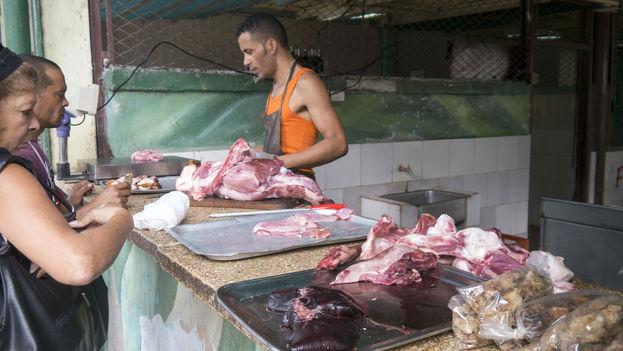 La mayor parte de los mercados agropecuarios carece de un sistema para mantener las carnes refrigeradas. (Bryan Ledgard)