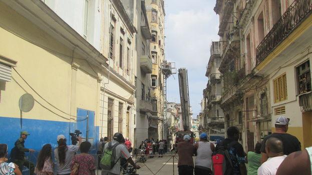 En la mañana de este miércoles las calles más cercanas al edifico Serrá seguían cerradas al tránsito y varias brigadas trabajaban en la evacuación de los vecinos. (14ymedio)