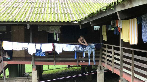 Una migrante cubana tiende ropa en una tendedera improvisada en el albergue de Gualaca, Panamá. (14ymedio)
