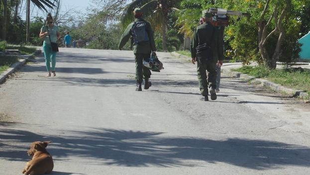 Los militares pasean por las calles preparados para el combate contra el mosquito con sus 'bazucas'. (14ymedio)