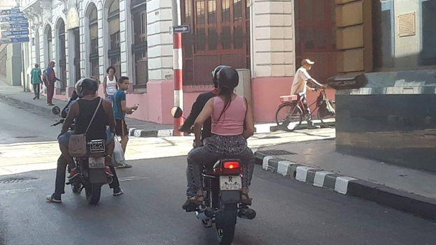 Los motoristas de Santiago de Cuba son el principal transporte privado de la ciudad. (14ymedio)