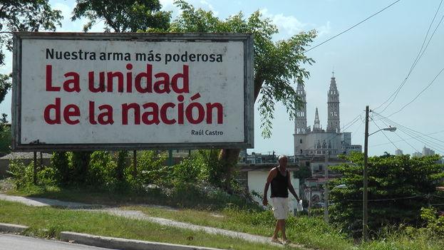 Una valla muestra una frase de Raúl Castro en un municipio de La Habana. (14ymedio)
