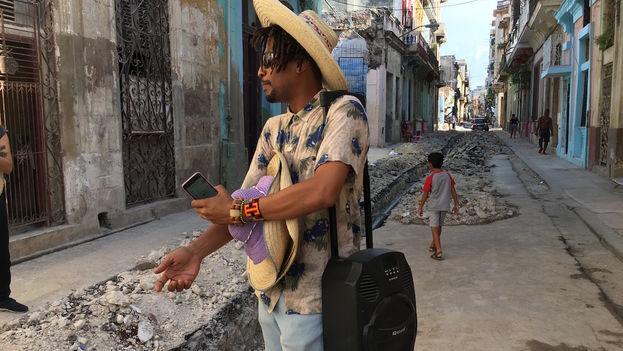 La caminatas musicales de Raymel se han convertido en el proyecto ReConstrucción, que pretende llevar al público generos musicales que han quedado arrinconados. (14ymedio)