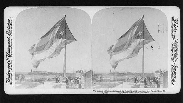 El nacimiento de una nación: la estrella de la república cubana levantó sobre el palacio, el mediodía, el 20 de mayo de 1902. (Library of Congress)
